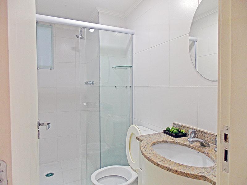 Sacomã, Apartamento Padrão-Banheiro social com piso de cerâmica, teto com moldura de gesso, gabinete, pia de mármore e  box de vidro.