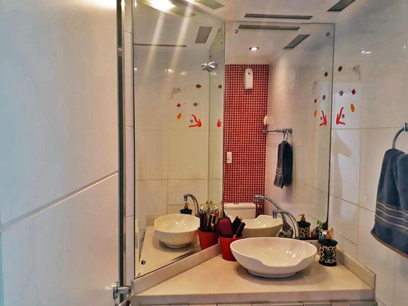 Jabaquara, Apartamento Padrão-Banheiro da suíte com piso de cerâmica, iluminação embutida, pia sobreposta e box de vidro.