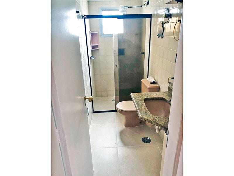Jabaquara, Apartamento Padrão-Banheiro social com piso de cerâmica, pia de granito e box de vidro.