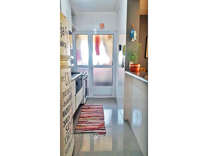 Ipiranga, Apartamento Padrão-Cozinha americana com piso de porcelanato, teto com moldura de gesso, armários planejados, gabinete, pia de granito e acesso a área de serviço.