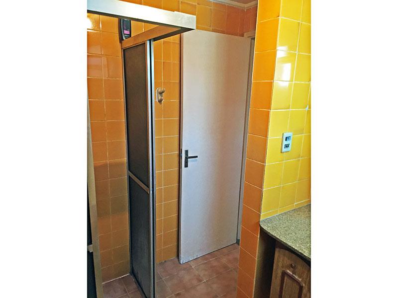Ipiranga, Apartamento Padrão-Banheiro social com piso de cerâmica, teto com moldura se gesso, gabinete, pia de granito e box de vidro.