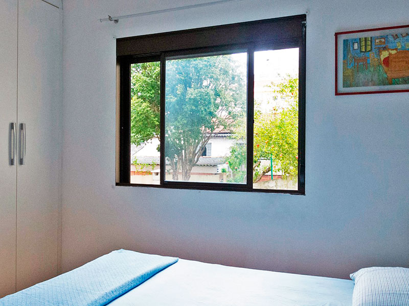 Jabaquara, Studio-Quarto com piso laminado e armários planejados.