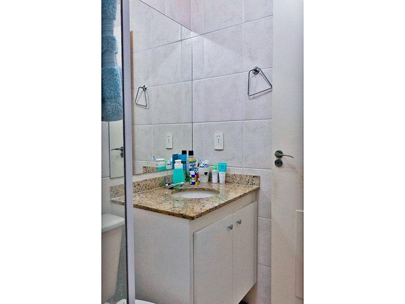 Jabaquara, Studio-Banheiro social com piso de cerâmica, gabinete, pia de granito e box de vidro.