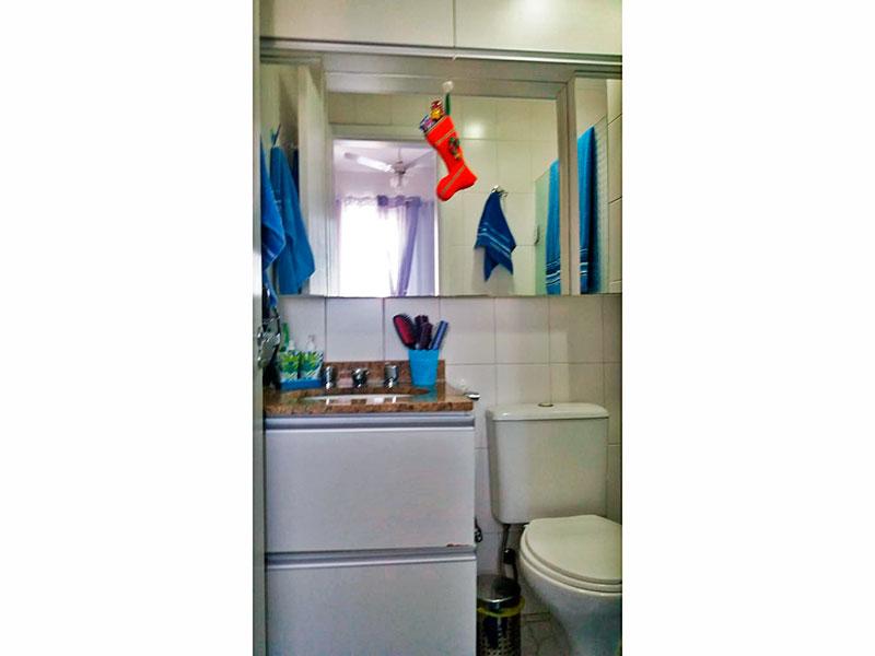 Ipiranga, Apartamento Padrão-Banheiro da suíte com piso de cerâmica, armários, gabinete, pia e mármore e box de vidro.