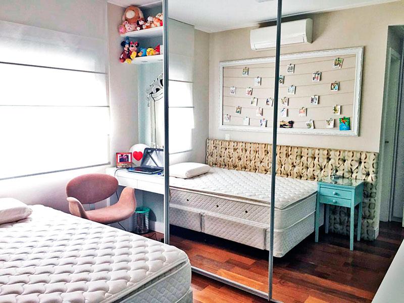 Ipiranga, Apartamento Padrão-2ª Suíte com piso de madeira e armários planejados.