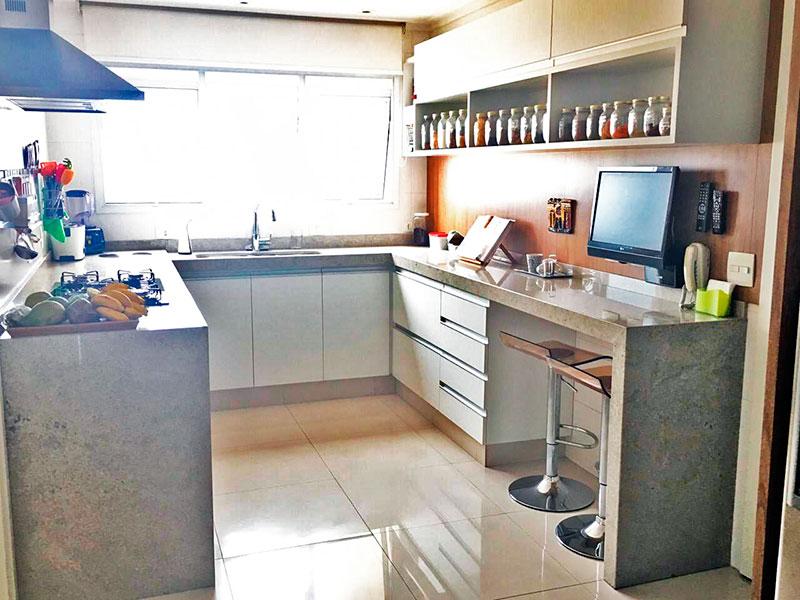 Ipiranga, Apartamento Padrão-Cozinha com piso de porcelanato, teto com moldura de gesso, gabinete, cooktop, pia de granito e acesso a área de serviço.