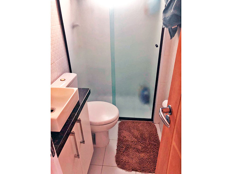 Jabaquara, Apartamento Padrão-Banheiro social com piso de cerâmica, gabinete, pia sobreposta e box de vidro.