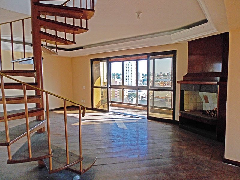 Ipiranga, Cobertura Duplex-Sala do piso inferior ampliada (com o 4º quarto), com piso de madeira, teto com sanca de gesso e acesso a varanda.