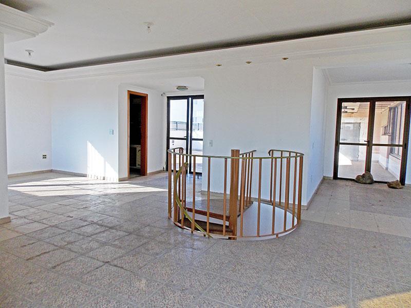 Ipiranga, Cobertura Duplex-Sala do piso superior com piso de cerâmica, teto com sanca de gesso, iluminação embutida e acesso ao terraço.