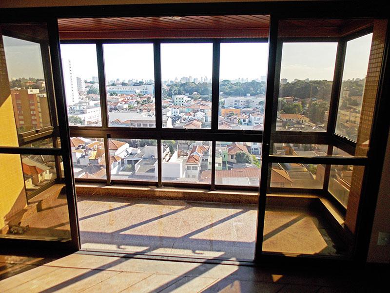 Ipiranga, Cobertura Duplex-Varandas com piso de cerâmica, teto de madeira e fechamento de vidro.