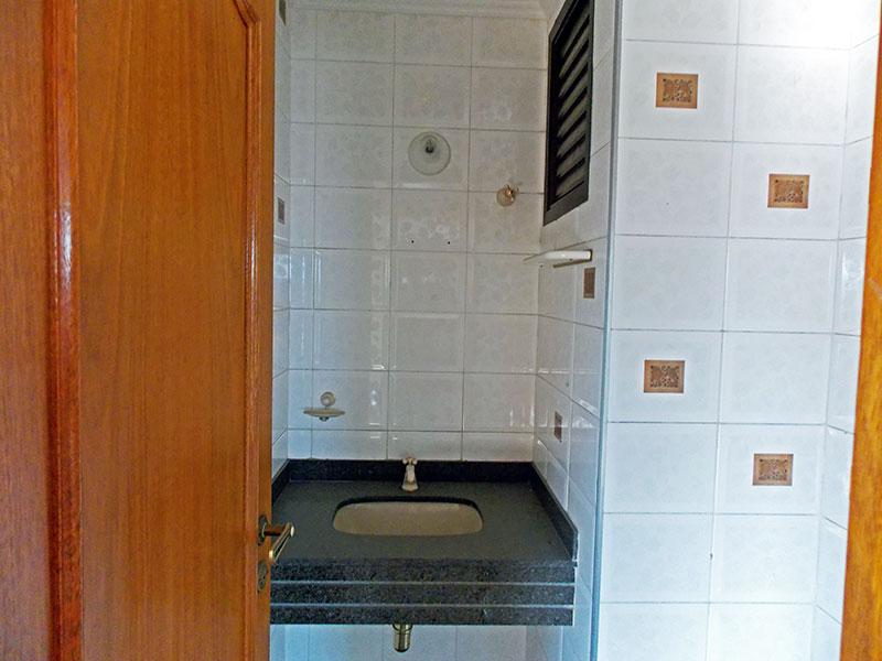 Ipiranga, Cobertura Duplex-Lavabo com piso de cerâmica, teto com moldura de gesso e pia de granito.