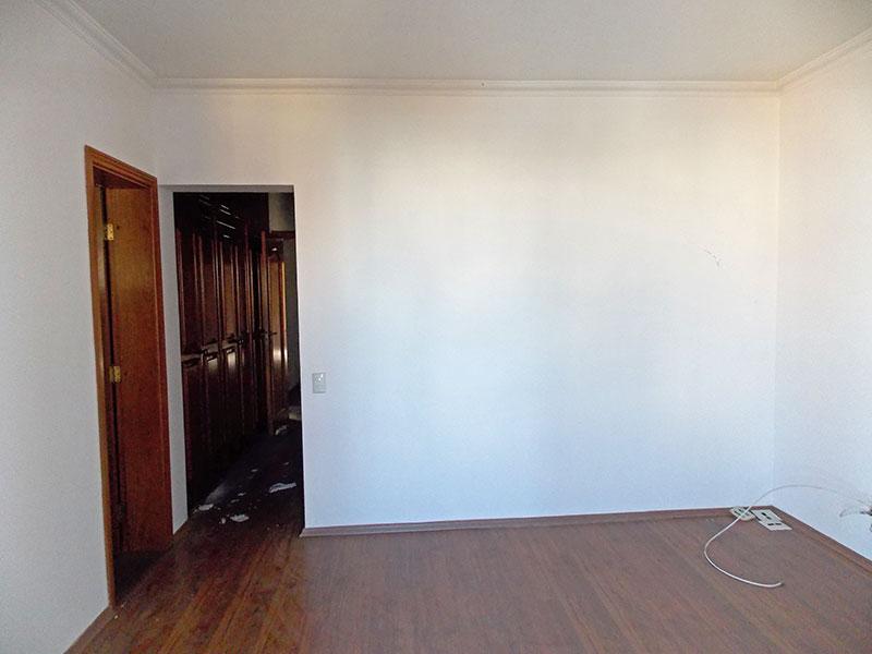 Ipiranga, Cobertura Duplex-1ª Suíte com piso laminado, teto com moldura de gesso, armários planejados e acesso a varanda.