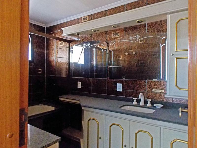 Ipiranga, Cobertura Duplex-Banheiro da 1ª suíte com piso de cerâmica, teto com moldura de gesso, gabinete, pia de mármore e banheiro de hidromassagem.