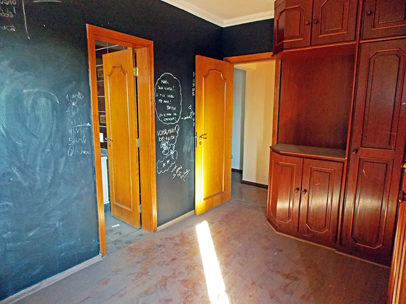 Ipiranga, Cobertura Duplex-2ª suíte com piso laminado, teto com moldura de gesso e armios planejados.