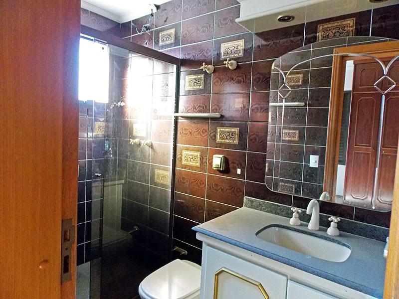 Ipiranga, Cobertura Duplex-Banheiro da 2ª suíte com piso de cerâmica, teto com moldura de gesso, gabinete, pia de mármore e box de vidro.