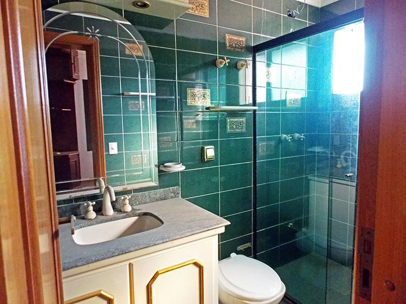 Ipiranga, Cobertura Duplex-Banheiro da 3ª suíte com piso de cerâmica, teto com moldura de gesso, gabinete, pia de mármore e box de vidro.