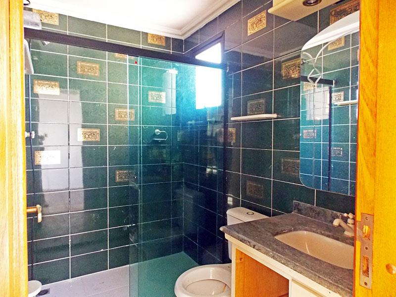 Ipiranga, Cobertura Duplex-Banheiro social com piso de cerâmica, teto com moldura de gesso, gabinete, pia de mármore e box de vidro.