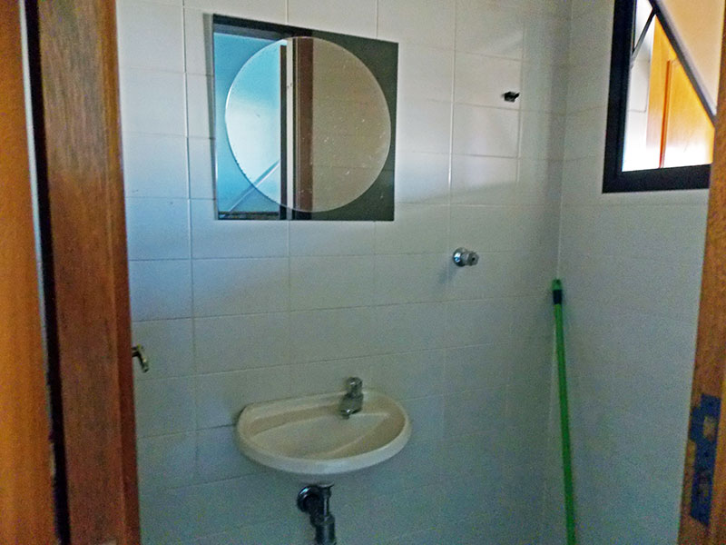Ipiranga, Cobertura Duplex-Banheiro da área de serviço com piso de cerâmica e pia de porcelana.