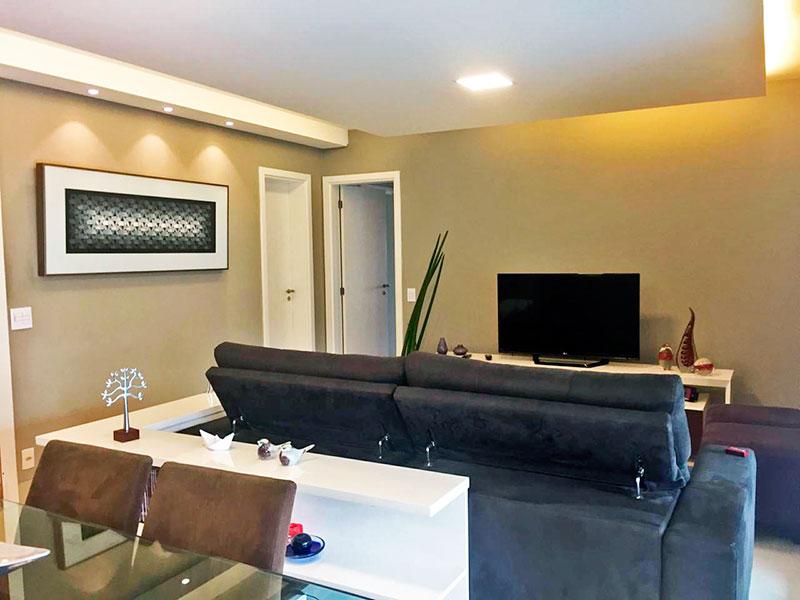 Ipiranga, Apartamento Padrão-Sala com piso de porcelanato, teto com sanca de gesso, iluminação embutida e acesso a varanda gourmet.