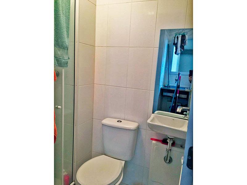 Ipiranga, Apartamento Padrão-Banheiro da área de serviço com piso de cerâmica, pia de porcelana e box de vidro.