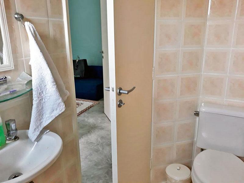 Jabaquara, Apartamento Padrão-Banheiro da suíte com piso de cerâmica, teto com moldura de gesso, pia de porcelana e box de vidro.