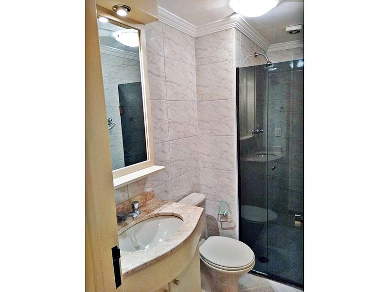 Sacomã, Apartamento Padrão-Banheiro da suíte com piso de cerâmica, teto com moldura de gesso, gabinete, pia de mármore e box de vidro.