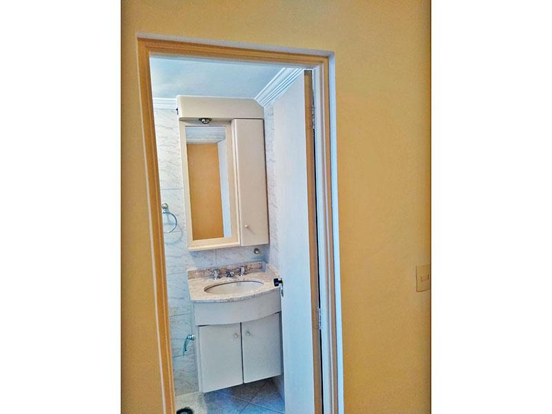 Sacomã, Apartamento Padrão-Banheiro social com piso de cer mica, teto com moldura de gesso, gabinete, pia de mármore e box de vidro.