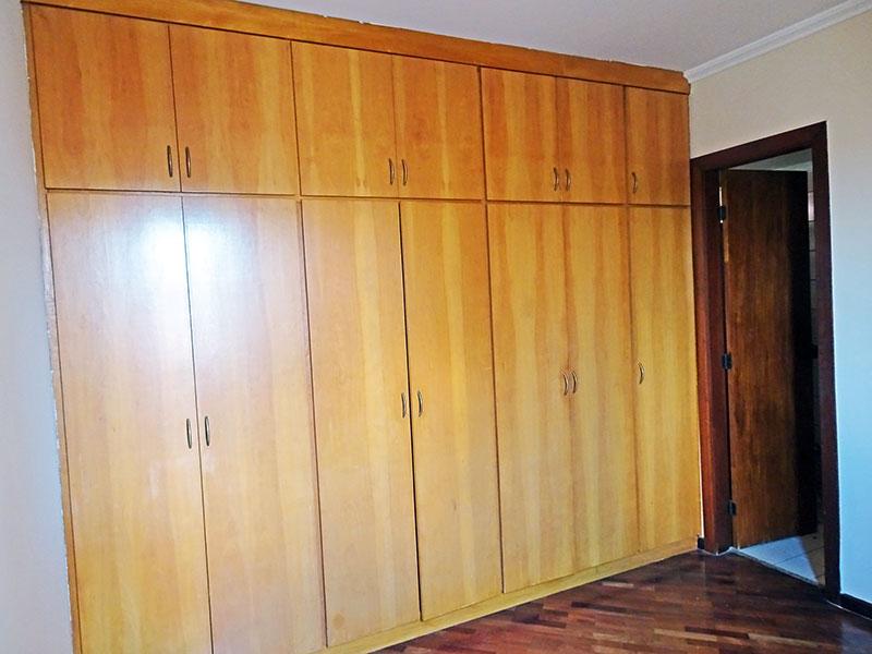 Ipiranga, Apartamento Padrão-Suíte com piso de taquinho, teto com moldura de gesso e armários planejados.