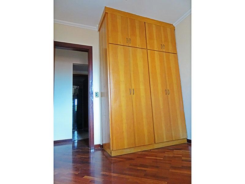 Ipiranga, Apartamento Padrão-2º Quarto com piso de taquinho, teto com moldura de gesso e armários planejados.