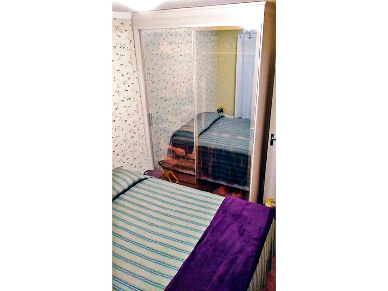 Ipiranga, Apartamento Padrão-1º Quarto com piso laminado, teto com moldura de gesso e armários planejados.