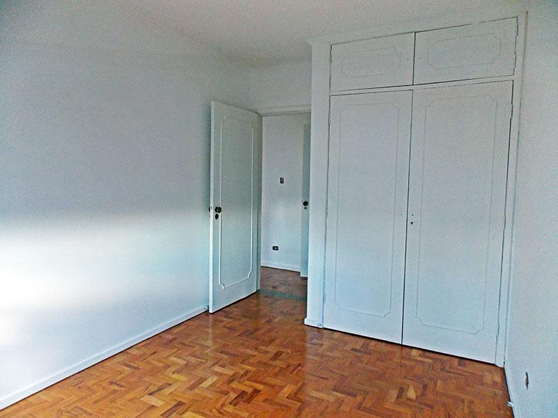 Ipiranga, Apartamento Padrão-1º Quarto com piso de taco, teto com moldura de gesso e armários embutidos.