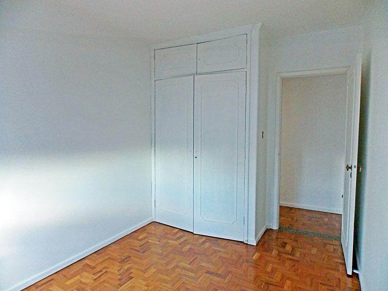 Ipiranga, Apartamento Padrão-2º Quarto com piso de taco, teto com moldura de gesso e armários embutidos.