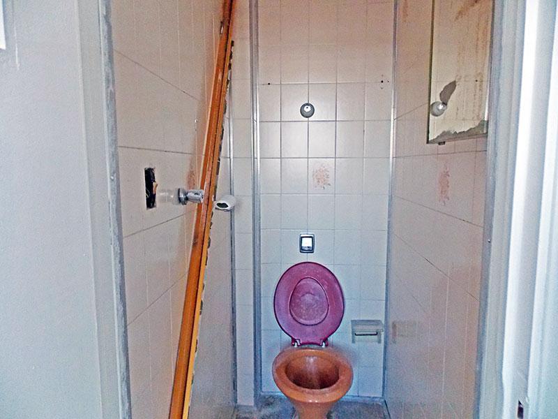 Ipiranga, Apartamento Padrão-Banheiro da área de serviço com piso de cerâmica.