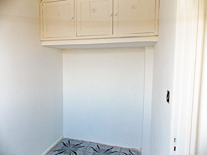 Ipiranga, Apartamento Padrão-Dependência de empregada com piso de cerâmica, teto com moldura de gesso e armários planejados.