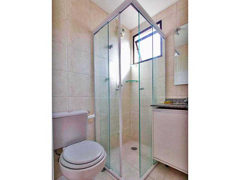Jabaquara, Apartamento Padrão-Banheiro da suíte com piso de cerâmica, gabinete, pia de granito e box de vidro.