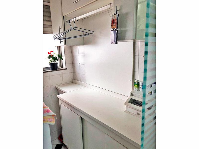 Ipiranga, Apartamento Padrão-Área de serviço com piso de cerâmica, armários e gabinete.