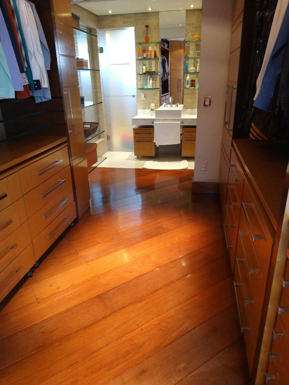 Ipiranga, Apartamento Padrão-Closet da suíte com armários planejados e piso de madeira