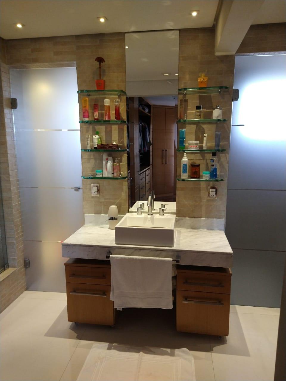Ipiranga, Apartamento Padrão-Wc da suíte com piso de porcelanato, teto com sanca de gesso e iluminação direta, box de vidro